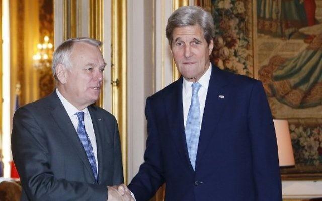 Le ministre français des Affaires étrangères Jean Marc Ayrault, à gauche, et le Secrétaire d'Etat John Kerry avant une réunion sur la crise au Moyen-Orient, au Quai d'Orsay à Paris, le 13 mars 2016. (Crédit : AFP / POOL / GONZALO FUENTES)