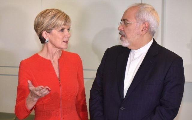 Le ministre australien des Affaires étrangères Julie Bishop avec le ministre iranien des Affaires étrangères Javad Zarif avant une réunion au Parlement à Canberra, le 15 mars 2016 (Crédit : AFP / MARK GRAHAM)
