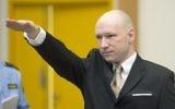 Anders Behring Breivik faisant un salut nazi à son arrivée à son procès contre l'État, le 15 mars 2016. (Crédit : Jonathan Nackstrand/AFP)