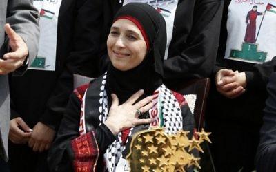 Hanan al-Hroub, l'enseignante palestinienne qui a remporté un prix d'un million de dollars, pendant une réception publique à Jéricho, en Cisjordanie, le 16 mars 2016. (Crédit : AFP / ABBAS MOMANI)