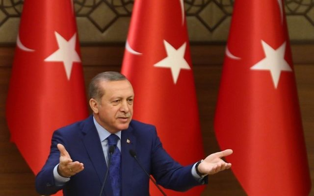 Le président turc Recep Tayyip Erdogan lors d'un discours adressé aux mukhtars (dirigeants des gouvernements locaux) au complexe présidentiel d'Ankara, le 16 mars 2016. (Crédit : AFP/Adem Altan)