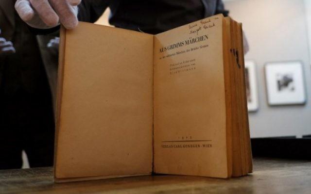 L'exemplaire des contes de Grimm d'Anne et Margot Frank, à la galerie d'enchères Swann, à New York, le 16 mars 2016. (Crédit : AFP/Jewel Samad)