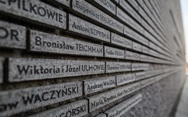 Le nom de Wiktoria i Jozef Ulma est vu sur le mur commémorant les Polonais qui ont sauvé des Juifs pendant la Seconde Guerre mondiale avant la cérémonie d'ouverture du Musée dédié aux Polonais qui ont sauvé des Juifs pendant la Seconde Guerre mondiale, le 17 mars, 2016. (Crédit : AFP / WOJTEK RADWANSKI)