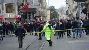La police turque éloigne les gens après une explosion dans une rue piétonne et commerçante à Istanbul le 19 mars 2016. (Crédit : AFP / Bulent KILIC)