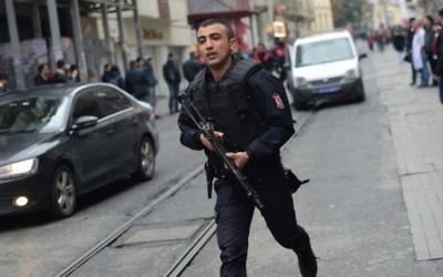 Un policier turc après une explosion sur l'avenue piétonne Istiklal d'Istanbul, le 19 mars 2016. (Crédit : AFP / Bulent KILIC)