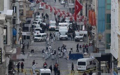 La police turque, la médecine légale et les services d'urgence travaillent sur la scène d'une explosion sur l'avenue piétonne Istiklal à Istanbul le 19 mars 2016. (Crédit : AFP / Bulent KILIC)
