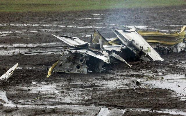 Les débris du Boeing 737 Flydubai, qui s'est écrasé à Rostov-on-Don, dans le sud de la Russie, le 19 mars 2016 (Crédit :  AFP / RUSSIAN EMERGENCY MINISTRY HO/ STR)