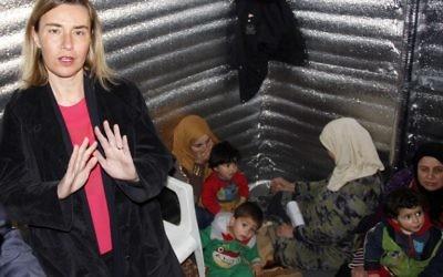 Federica Mogherini durant sa visite au Liban, dans le camp de réfugiés de Bekaa Valley, le 22 mars 2016 (Crédit : AFP / HASSAN JARRAH)