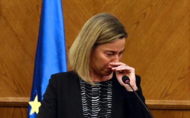Federica Mogherini pleure pendant une conférence de presse conjointe avec son homologue jordanien, le 22 mars 2016 (Crédit : STR/AFP)