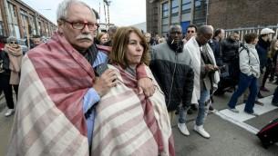 Les gens sont évacués de l'aéroport de Bruxelles à Zaventem le 22 mars 2016 après deux explosions. (Crédit : AFP / Belga / DIRK WAEM / Belgique OUT)