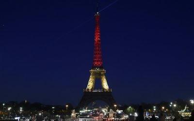 La tour Eiffel illuminée aux couleurs belges pour commémorer les victimes de Bruxelles, le 23 mars 2016 (Crédit : AFP / LIONEL BONAVENTURE)