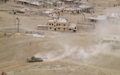 Les forces pro-gouvernementales syriennes en position à Palmyre, pendant une opération militaire pour reprendre la ville ancienne au groupe terroriste Etat islamique, le 26 mars 2016. (Crédit : Maher Al Mounes/AFP)