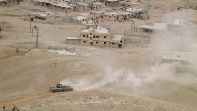Les forces pro-gouvernementales syriennes en position à Palmyre le 26 mars 2016, pendant une opération militaire pour reprendre la ville ancienne au groupe jihadiste Etat islamique. (Crédit : AFP/Maher Al Mounes)