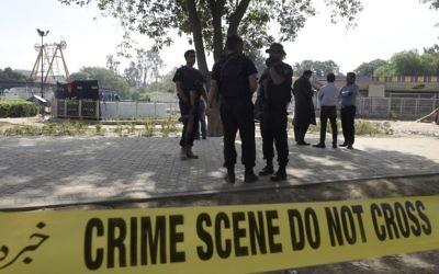 La police pakistanaise à Lahore, le 28 mars 2016.après l'attentat-suicide qui a fait au moins 72 morts. (Crédit : AFP / FAROOQ NAEEM)