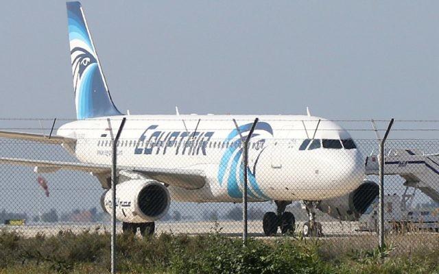 Un Airbus A320 de la compagnie EgyptAir sur le tarmac de l'aéroport Larnaca après qu'il ait été détourné vers Chypre, 29 mars 2016.  (Crédit : AFP / STR)