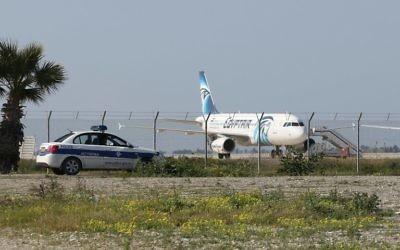Un airbus d'Egypt Air Airbus sur le tarmac de l'aéroport à Larnaca après qu'il ait été détourné vers Chypre le 29 mars 2016 (Crédit : AFP / STR)