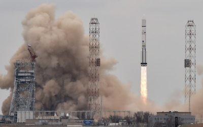 Une fusée Proton-M russe transportant l'engin spatial ExoMars 2016 hors de la rampe de lancement au cosmodrome de Baïkonour le 14 mars 2016 (Crédit : AFP PHOTO / KIRILL KUDRYAVTSEV)