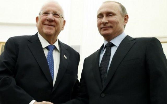 Le président russe Vladimir Poutine (à droite) et son homologue israélien Reuven Rivlin pendant une rencontre au Kremlin, à Moscou, le 16 mars 2016. (Crédit : AFP PHOTO / POOL / MAXIM SHIPENKOV)