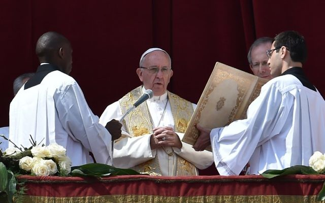 Le pape François dans la loge centrale de la Basilique Saint-Pierre pour la bénédiction Urbi et Orbi, à Rome et au monde, à la suite de la messe de Pâques, le 27 mars 2016. (Crédit : Alberto Pizzoli/AFP)