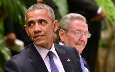 Aux côtés du président cubain Raul Castro, à droite, le président américain Barack Obama assiste à un dîner d'Etat au Palais de la Révolution à La Havane, le 21 mars 2016. (Crédit : Adalberto Roque/AFP)