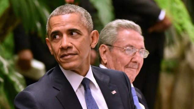 Aux côtés du président cubain Raul Castro, à droite, le président américain Barack Obama assiste à un dîner d'Etat au Palais de la Révolution à La Havane, le 21 mars 2016. (Crédit : AFP/Adalberto Roque)