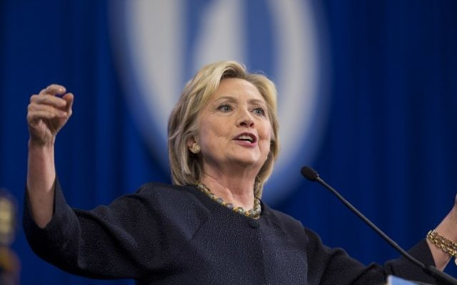 La candidate à l'investiture démocrate Hillary Clinton intervenant lors de la Convention du New Hampshire du parti démocrate au Centre Verizon Wireless de Manchester, le 19 septembre 2015. (Crédit : Scott Eisen/Getty Images/AFP)
