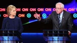 Les candidats démocrates à l'élection présidentielle, le sénateur du Vermont Bernie Sanders (à droite) et l'ancienne secrétaire d'Etat et sénatrice de New York Hillary Clinton, pendant le septième débat démocrate, retransmis sur CNN, à Flint, dans le Michigan, le 6 mars 2016. (Crédit : Scott Olson/Getty Images/AFP)