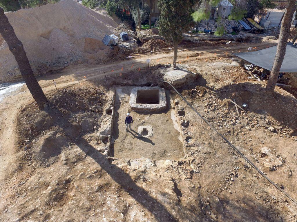 Une vue aérienne d'une cave romaine découverte à l'ancienne base militaire de Tsahal Schneller à Jérusalem, en février 2016 (Crédit : Guy Fitoussi, Israel Antiquities Authority)
