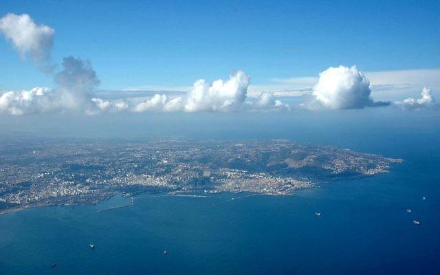 La baie d'Alger vue du ciel en Algérie, le 1er novembre 2004 (Crédit : PhR61/ CC-BY-2.0)