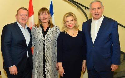 Le Premier ministre Benjamin Netanyahu et son épouse Sara (à droite) accueille le Premier ministre danois Lars Lokke Rasmussen et son épouse Solrun pour un dîner privé à la résidence du Premier ministre à Jérusalem, le 23 mars 2016. (Crédit : קובי גדעון, לע״מ/Facebook)