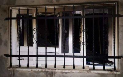 Vue sur les fenêtres de la maison du principal témoin de l'affaire de Duma qui a été incendiée dans la nuit du 19 au 20 mars 2016 (Crédit : Facebook)