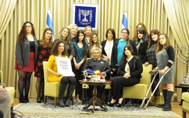 Nechama Rivlin avec des victimes d'agressions sexuelles, le 7 mars 2016 à Jérusalem (Crédit : Autorisation du porte-parole du président)