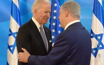 Joe Biden et Benjamin Netanyahu, le 9 mars 2016 à Jérusalem (Crédit : עמוס בן גרשום, לע״מ)