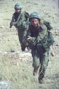 Soldates pendant un exercice d'entraînement le 10 janvier 2000. (Crédit : unité des portes-paroles de l'armée/archives de l'armée)