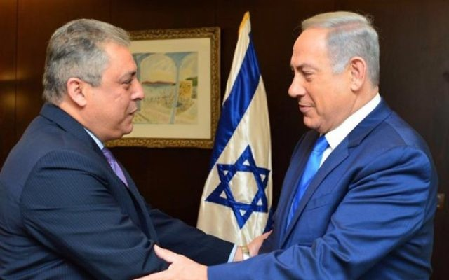 L'ambassadeur d'Egypte en Israël, Hazem Khairat (à gauche) avec le Premier ministre Benjamin Netanyahu à Jérusalem, le 29 février 2016. (Crédit : bureau du Premier ministre)