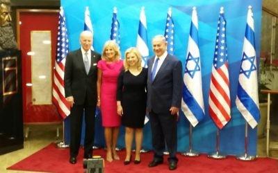 Les couples Biden et Netanyahu à Jérusalem, le 9 mars 2016 (Crédit : Raphael Ahren/Times of Israel)
