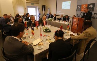 Le ministre de la Sécurité intérieure et de la diplomatie, Gilad Erdan, s' adressant des diplomates étrangers à l'université Bar-Ilan, le 22 mars 2016 (Crédit : Yoni Reif)