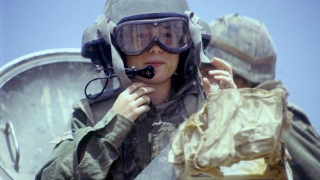 Une instructrice de tank à bord d'un M-113, le 21 avril 1993. (Crédit: Michael Chai/Bamahane/archives de l'armée)