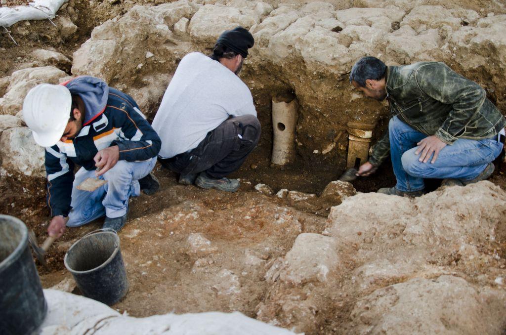 Les tuyaux en terre cuite découverts sur le site de l'ancienne base militaire Schneller à Jérusalem constituent des preuves qui démontrent de l'existence d'un établissement de bains sur cet l'emplacement (Crédit : Israel Antiquities Authority)