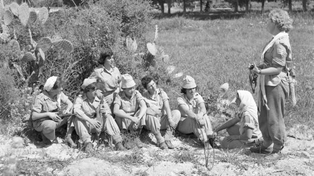 Femmes soldats avec des armes semi-automatiques Sten, pendant une marche le 12 mars 1959. (Crédit : Asaf Kutin/Bamahane/IDF Archive)