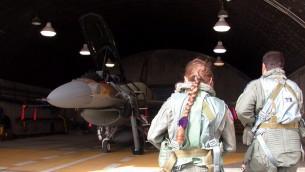 Le F-16I et sa première navigatrice dans l'armée de l'air israélienne. (Crédit : unité des portes-paroles de l'armée)
