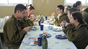 Petit déjeuner pour le bataillon Caracal, le 2 juin 2012. (Crédit : Noa City-Eliyahu/Bamahane/Flickr)