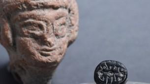 Le sceau d'Elihana, avec une figurine de femme de la période du Premier Temple, qui symbolise la fertilité, et a également été découverte dans le lot Givati. (Crédit : Clara Amit, autorisation de l'autorité israélienne des antiquités)