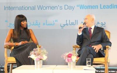 """L'ancien président de l'Etat d'Israël Shimon Peres (à droite) et la top-modèle Naomi Campbell au Centre Peres pour la Paix, pendant l'évènement """"Les femmes menant le changement """" tenu à l'occasion de la journée internationale des droits des femmes, à Tel Aviv, le 8 mars 2016. (Crédit : Rafi Daloya)"""