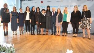 """L'ancien président de l'Etat d'Israël Shimon Peres, la top-modèle Naomi Campbell (au centre) et des femmes dirigeantes israéliennes récompensées au Centre Peres pour la Paix, pendant l'évènement """"Les femmes menant le changement """" tenu à l'occasion de la journée internationale des droits des femmes, à Tel Aviv, le 8 mars 2016. (Crédit : Rafi Daloya)"""