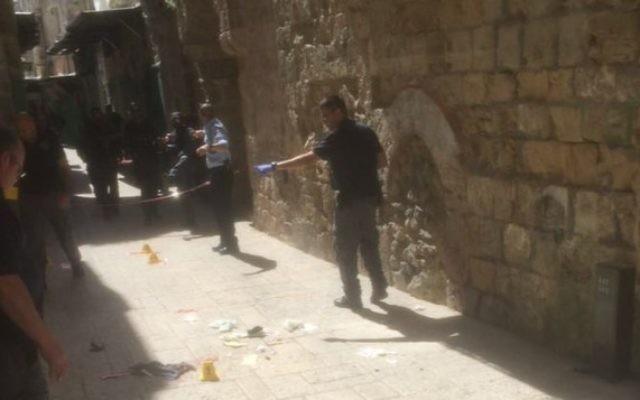 La police ferme une zone de la Vieille Ville de Jérusalem où une femme arabe a tenté de poignarder un groupe de la police des frontières le 8 mars 2016. (Crédit : police israélienne)