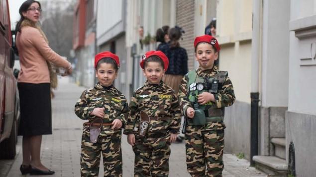 Des enfants juifs à Antwerp, en Belgique, déguisé en soldats pour Pourim, le 24 mars 2016. (Crédit : Cnaan Liphshiz)