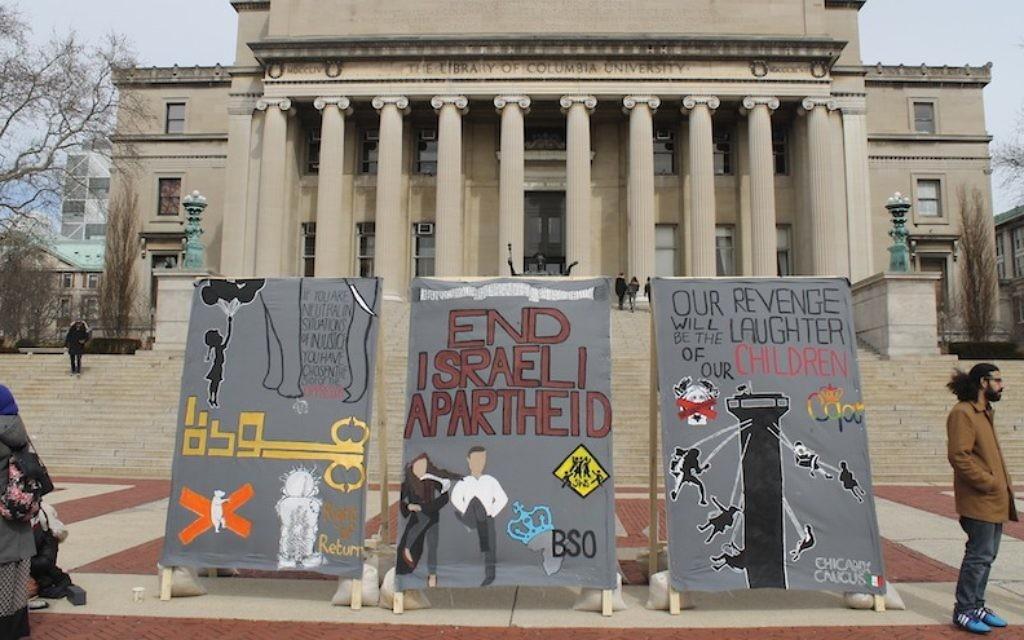 """Des étudiants anti-israéliens de l'université Columbia érigent un faux """"mur de l'apartheid"""" devant l'emblématique Low Library, pendant la Semaine contre l'apartheid israélien, le 3 mars 2016. Illustration. (Crédit : Uriel Heilman)"""