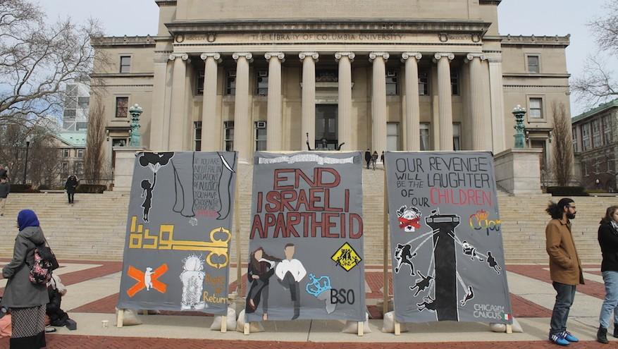 """Des étudiants anti-Israël de l'université Columbia érigent un faux """"mur de l'apartheid"""" devant l'emblématique Low Library, pendant la Semaine contre l'apartheid israélien, le 3 mars 2016 (Crédit : Uriel Heilman)"""
