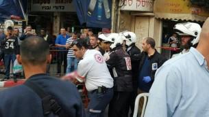 Les secours évacuent la victime de l'attaque au couteau de Petah Tikva, le 8 mars 2016. (Crédit : Magen David Adom)